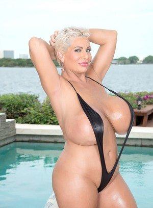 Free Huge Tits at Pool Porn